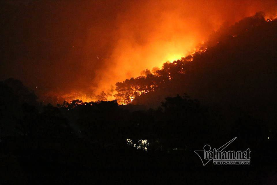 Cháy rừng ở Sóc Sơn, lửa ngút cao sáng rực trong đêm