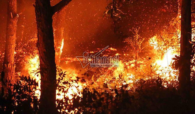 Sau 8 tiếng bùng phát, lực lượng chức năng vẫn đang tập trung dập tắt đám cháy