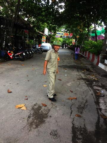 Câu chuyện với cụ già lúc sáng sớm của người bảo vệ khu phố