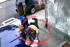 Người phụ nữ lao vào ô tô xả thân cứu 1 đứa trẻ không quen biết