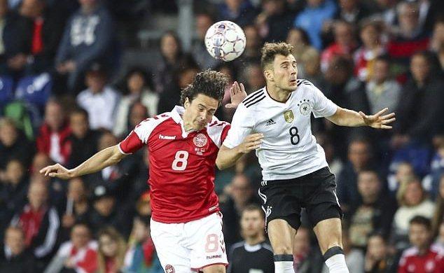 Siêu phẩm 'ngả bàn đèn' giúp Đức thoát thua trước Đan Mạch
