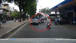 Toyota Innova đâm 'nữ ninja' ngã sấp mặt rồi bỏ chạy
