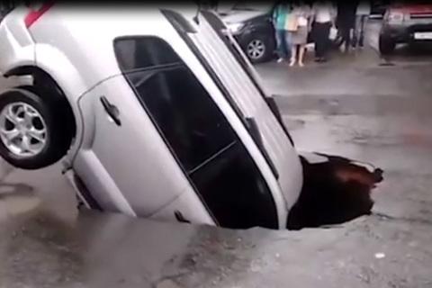 Hố tử thần 'nuốt chửng' ô tô đang đỗ trên đường