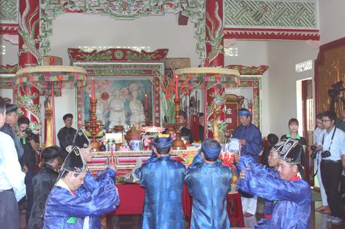 Đua lắc thúng chai tại Lễ hội Yến sào Khánh Hòa