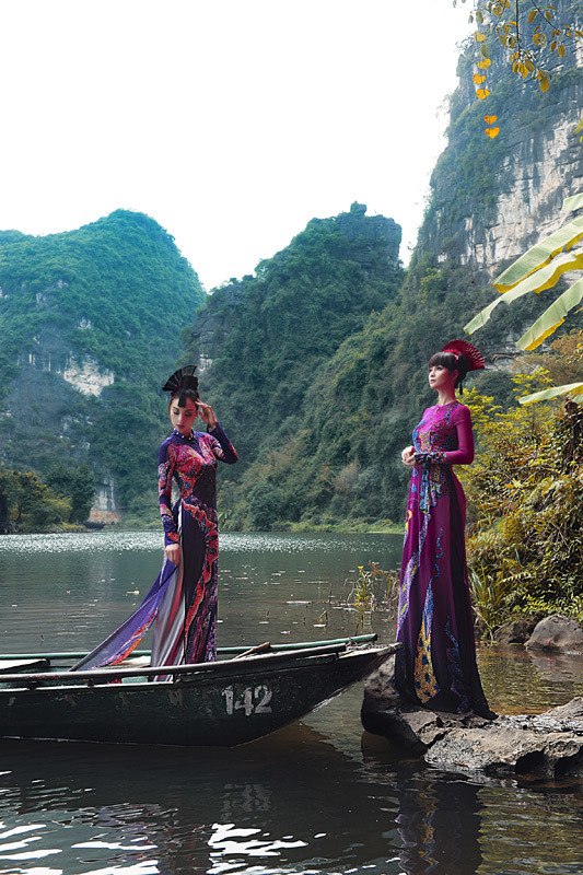Diễn viên Mai Thu Huyền mặc áo dài dát vàng