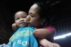 Cảm động mẹ cụt tay, khoèo chân chăm con nhỏ ở Hà Nội