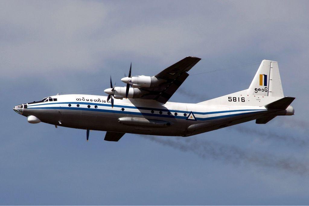 Máy bay Myanmar chở hơn 100 người rơi xuống biển