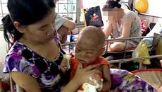 Cha mẹ nghèo khốn cùng xin cứu con trai ung thư máu
