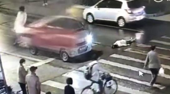 Cô gái bị ô tô tông rồi cán chết mà không ai giúp đỡ