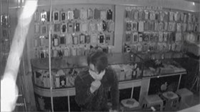 Thanh niên leo dây như đặc nhiệm trộm cửa hàng ĐTDĐ ở Sài Gòn