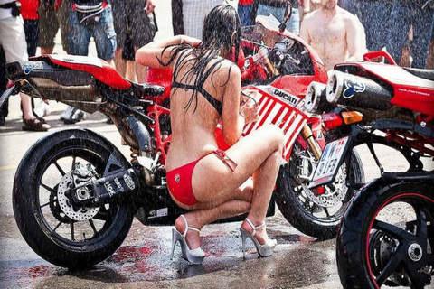 Phát sốt cảnh chân dài nhảy múa rửa xe Ducati