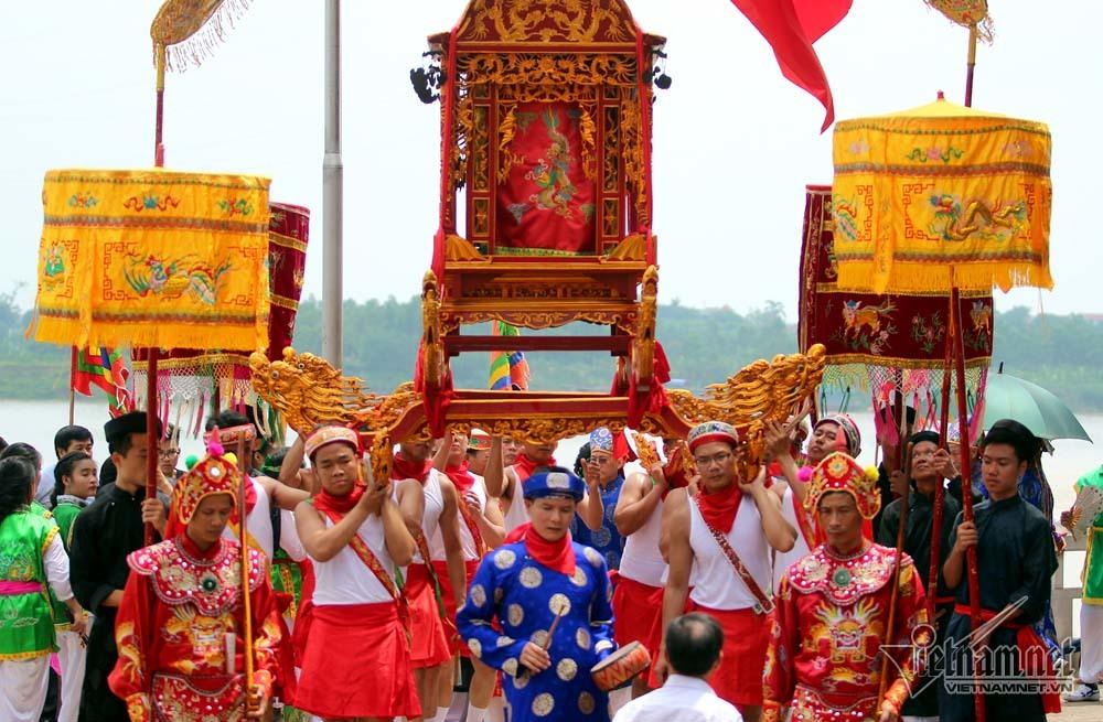 Trai Hà Nội mặc váy rước nước trên sông Hồng