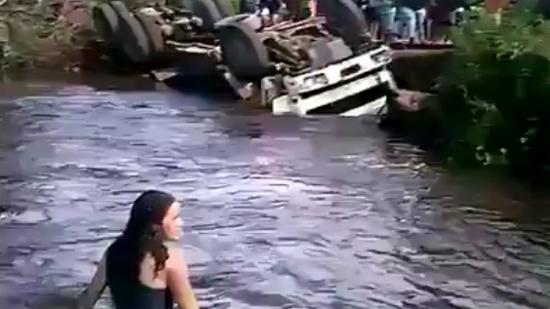 Nhởn nhơ tắm sông cạnh ô tô lật, 2 thiếu nữ suýt mất mạng