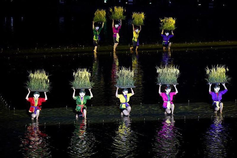 Choáng ngợp màn biểu diễn trên mặt nước của các nghệ sĩ nông dân
