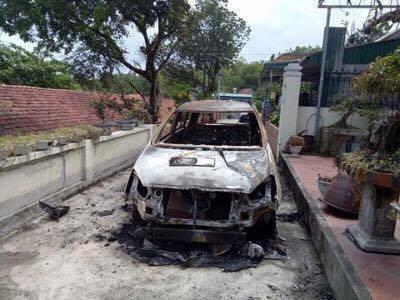 Xe ô tô bốc cháy bất thường trước cửa nhà