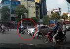 Đi xe máy vượt đèn đỏ, tạt đầu taxi còn cố tình gây sự