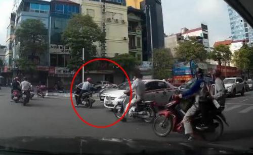 Tài xế xe máy vượt đèn đỏ, tạt đầu taxi, còn cố tình gây sự