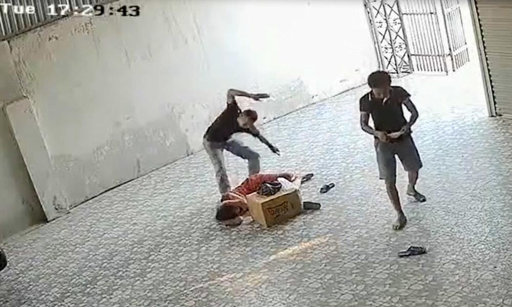 Khởi tố 2 bị can đánh bà chủ nhà xe, rượt đuổi công an