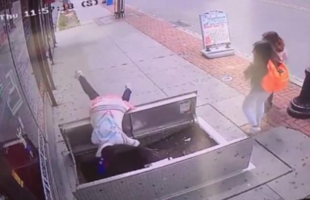 Vừa đi vừa nhắn tin, người phụ nữ bị thương nặng vì cắm đầu xuống hố
