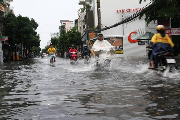 Mưa như trút, phố Sài Gòn lại thành 'sông'