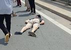 Thanh niên chạy mô tô húc đuôi Mazda CX5 bất tỉnh trên cầu Nhật Tân