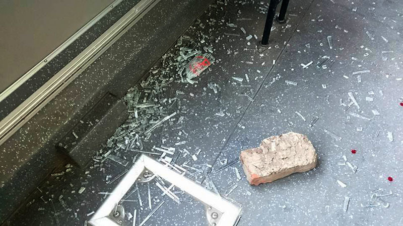 Giận bạn gái, nam sinh ném vỡ kính xe buýt trên phố HN
