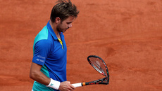 Thua Nadal, Wawrinka cay cú đập vợt nát