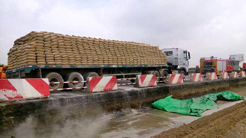 Xe container nổ lốp, cháy ngùn ngụt trên cao tốc Pháp Vân