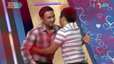 Chàng trai ôm chầm lấy Quyền Linh vì tỏ tình bạn gái thành công