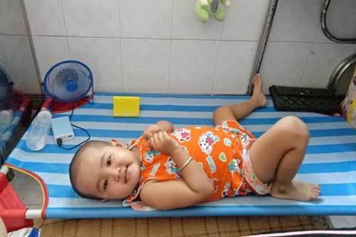 Cha mẹ nghèo 'tay trắng' xin cứu con gái ung thư máu