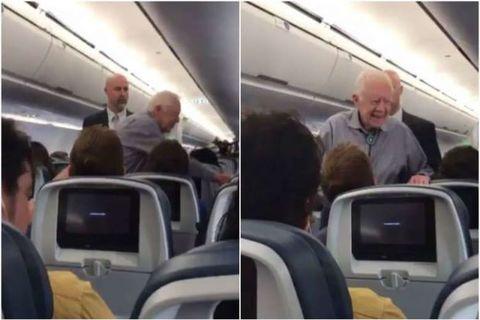Cựu Tổng thống Mỹ bắt tay từng hành khách trên máy bay