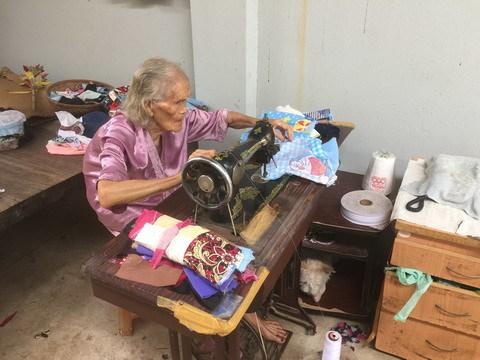 Cụ bà ngoài 90 tuổi vẫn nặng lòng vì người nghèo