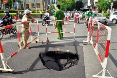 Hố sâu xuất hiện gần tòa nhà UBND TP.HCM
