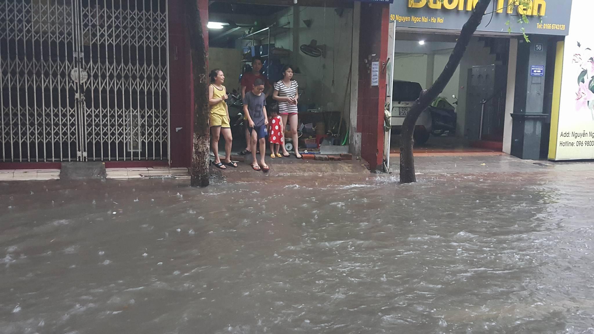 Hà Nội mưa rất to, nhiều nơi ngập sâu
