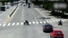 Lý do đáng nể khi tài xế dừng ô tô chặn xe trên giao lộ