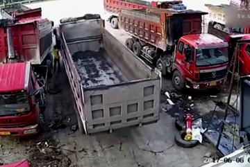 Quên kéo phanh tay, tài xế bị xe tải kẹp đến chết