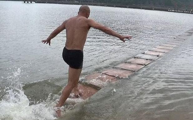 Xuất hiện cao thủ Thiếu Lâm dùng khinh công đi trên mặt nước