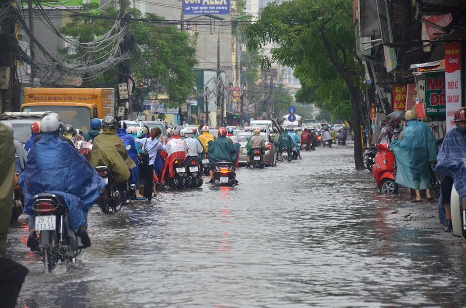 Sau mưa ngập, Hà Nội tắc nhiều ngả