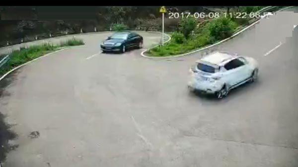 Pha xử lý tài tình giúp tài xế thoát cú đâm của xe trượt dốc