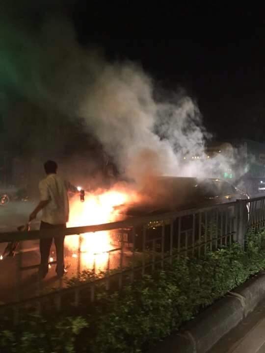 Camry cháy ngùn ngụt trên phố, tài xế không kịp trở tay