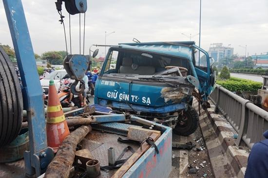 tai nạn, tai nạn giao thông, xe ben, xe máy, cầu Tham Lương, Sài Gòn