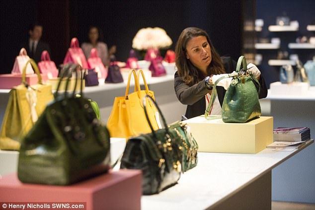 Bên trong gian hàng bán toàn những chiếc túi xách tiền tỷ chỉ dành cho đại gia