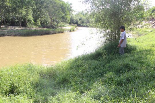 Bé gái 8 tuổi thoát chết sau khi bị sàm sỡ, ném xuống sông