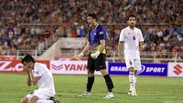 """Đây là cách thủ môn Văn Lâm khiến tiền đạo Jordan """"khóc thét"""""""
