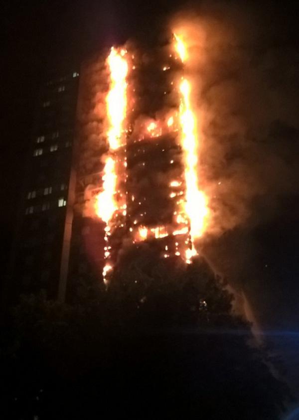 Tháp cao hàng chục tầng ở Anh bốc cháy ngùn ngụt