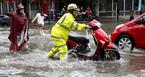 Vì sao chỉ mưa 40 phút, đường Hà Nội đã ngập khắp ngả?