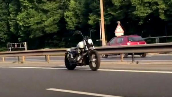 """Bí ẩn đằng sau video xe máy """"ma"""" lao vun vút trên đường"""