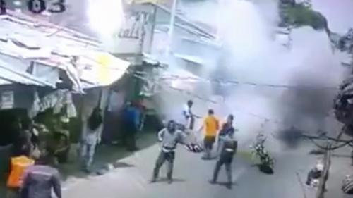 Cột điện đổ trúng xe máy đang đi đường bốc cháy ngùn ngụt