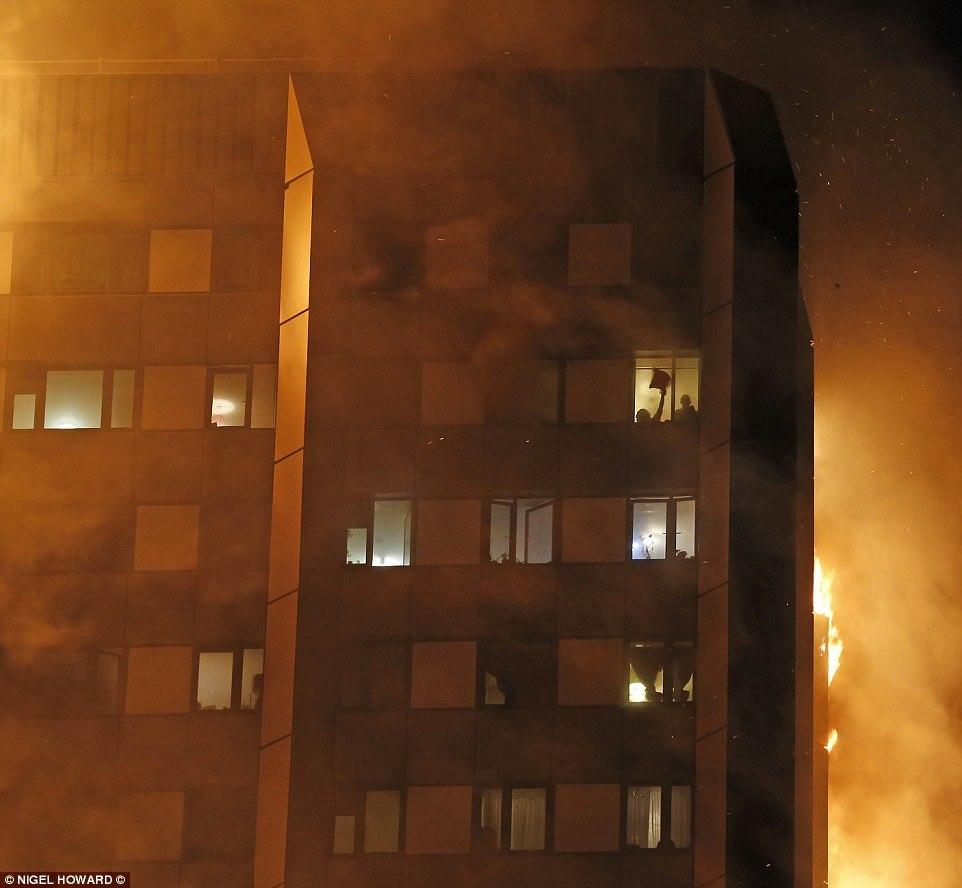 Vụ cháy ở Anh: Mẹ tuyệt vọng ném con qua cửa sổ