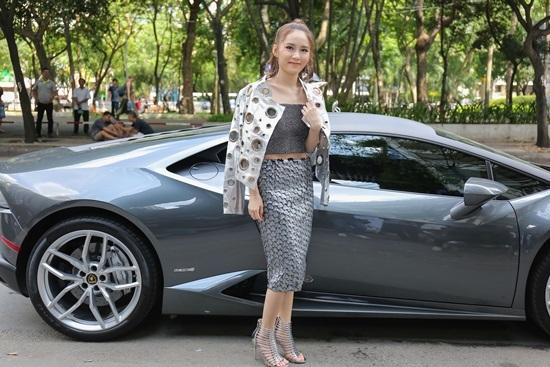 Hot girl Vân Shi đi siêu xe ra mắt MV mới